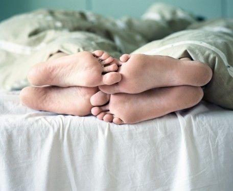 """Uyanık yapılan sekse tercih eden var  • Yetişkinlerde uyurgezerliğin yüzde 2-4 oranında görüldüğü, seksomnia'nın bu derece yaygın olmadığı söyleniyor. Ancak 2005'te yapılan bir internet araştırmasına göre seksomnia, tıbbi raporlarda belirlenenden daha yaygın bir rahatsızlık.  • Uyku uzmanı Mark Pressman'a göre, hastalık zaten sıklıkla çiftler arasında görülüyor. Pressman, """"Bazen nefret ediyor, bazense tolere edebiliyorlar. Bazı ender rastlanan örneklerdeyse bunu uyanıkken yapılan sekse tercih ettiklerini görüyoruz"""" diyor."""